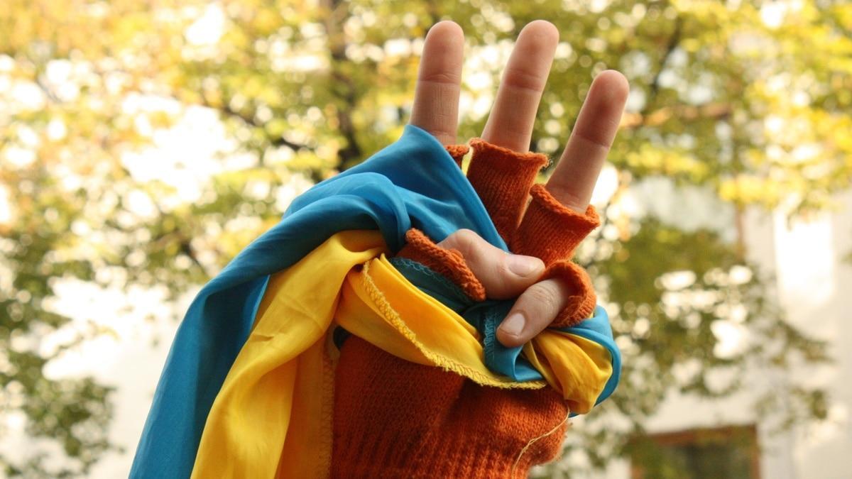 украинский флаг в руке